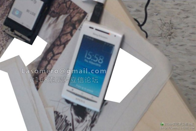Sony Ericsson Xperia X10 Mid (Shakira) in foto