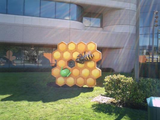 La statua di Honeycomb arriva al quartier generale di Google