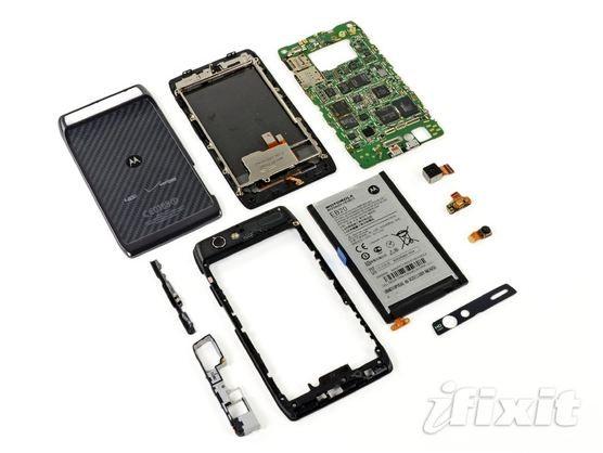 Il Motorola RAZR fatto a pezzi...