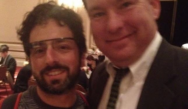 Sergey Brin sorpreso con un prototipo di Google Glasses