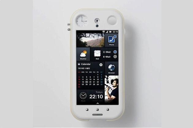 Dal Giappone ecco lo smartphone con orologio analogico integrato