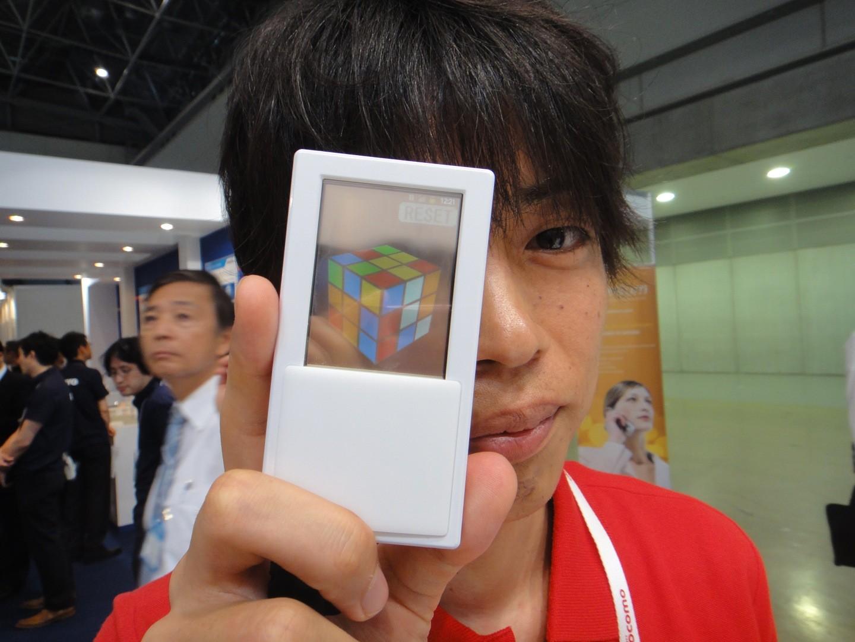 Dal Giappone ecco uno smartphone Android con doppio display trasparente [VIDEO]