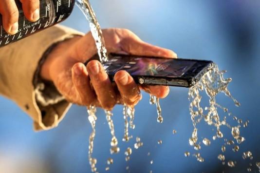 Sony Xperia Z: duro test anche nel water
