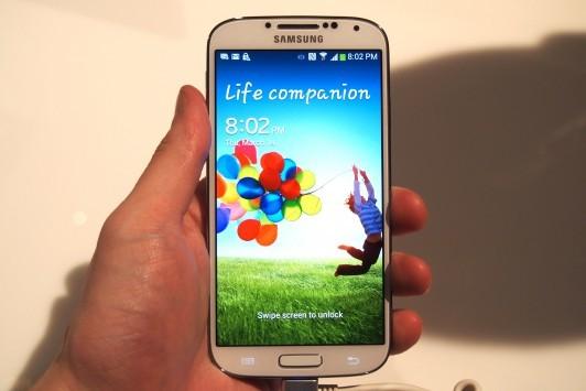 Samsung Galaxy S IV: nuovi stress test di resistenza all'acqua, ai graffi e agli urti