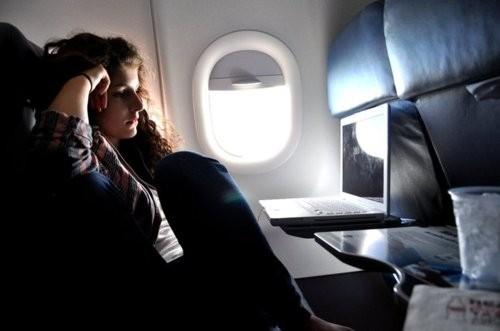 Una ricerca mostra che il 30% dei passeggeri non spegne smartphone e tablet durante il volo