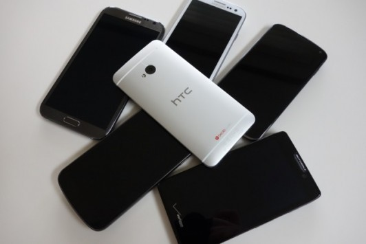 HTC One vs Galaxy S3 vs Nexus 4 vs Razr HD vs Galaxy Note 2: video confronto