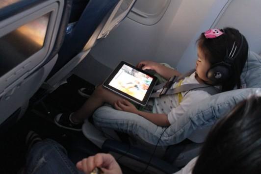 Dispositivi elettronici in volo: presto le regole potrebbero cambiare