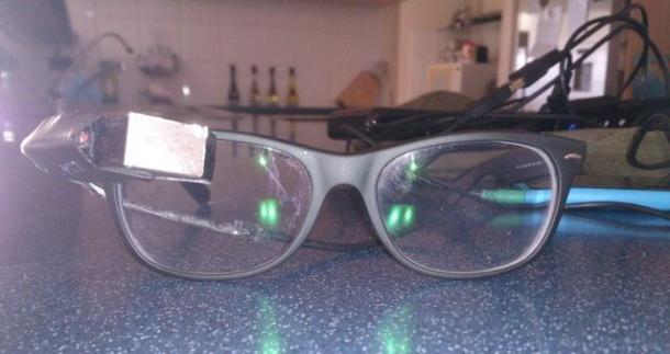 Un utente realizza occhiali tecnologici simili ai Google Glass