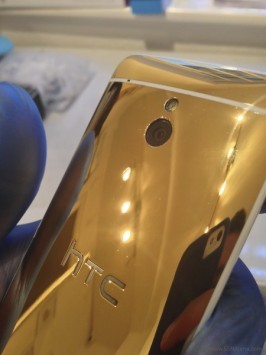 HTC One mini si mostra in alcune foto con una brillante scocca dorata