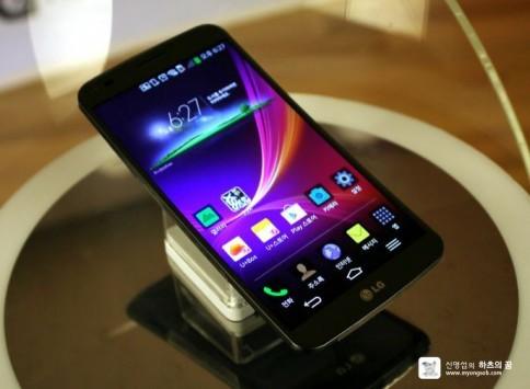 LG G Flex: il display si gonfia se piegato spesso