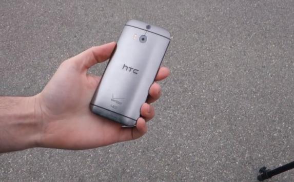 HTC One (M8): ecco i primi test di resistenza a urti e graffi