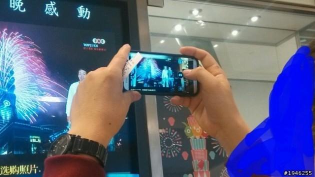 The All New HTC One (M8) immortalato mentre scatta una foto