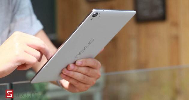 Nexus 9, Jeff Gordon tappa i buchi della cover posteriore