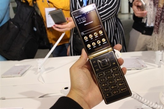 Samsung presenta W2015, smartphone a conchiglia di lusso con doppio display