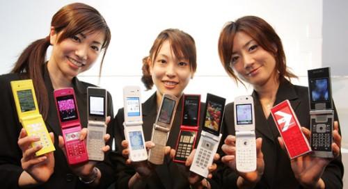 In Giappone tornano di moda i flip-phone, mentre calano ancora le vendite di smartphone