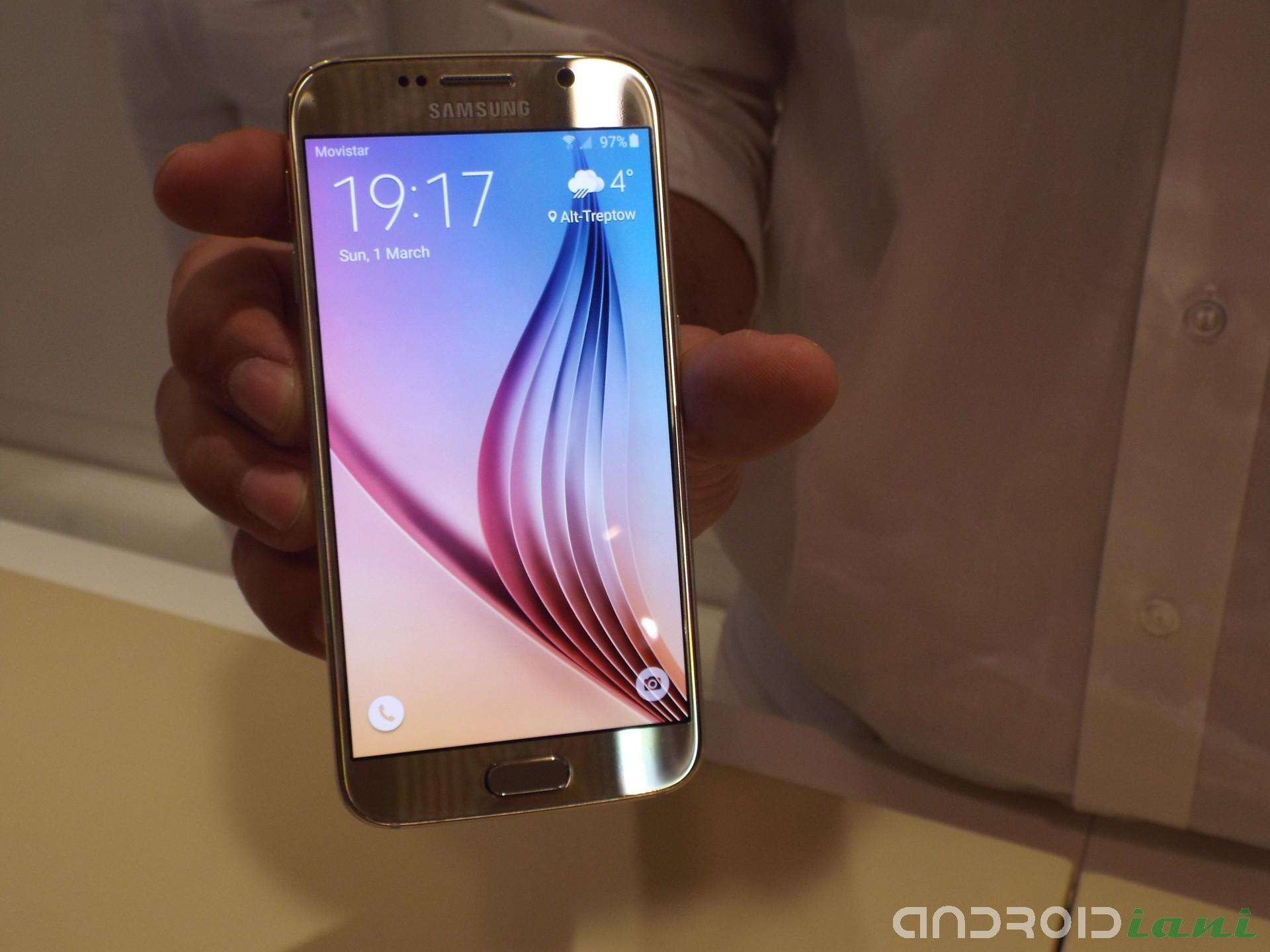 Il lato sinistro del Galaxy S6 ¨ costituito dal bilanciere del volume mentre il sinistro dal pulsante accensione e dallo slot per la Nano SIM