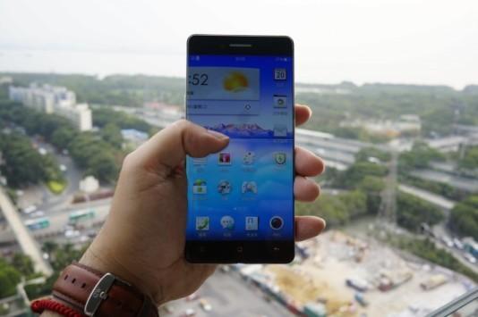 Lo smartphone senza cornici laterali di Oppo si mostra in video e immagini