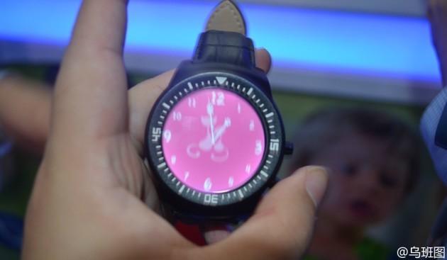 Meizu mostra uno smartwatch durante l'Electronic Fair di Hong Kong