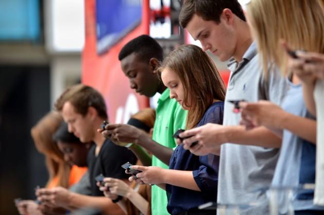 Italiani ossessionati dallo smartphone e dai social network