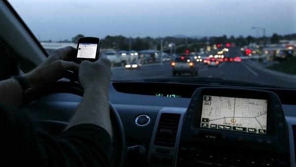 Smartphone: distraggono sempre più guidatori e pedoni