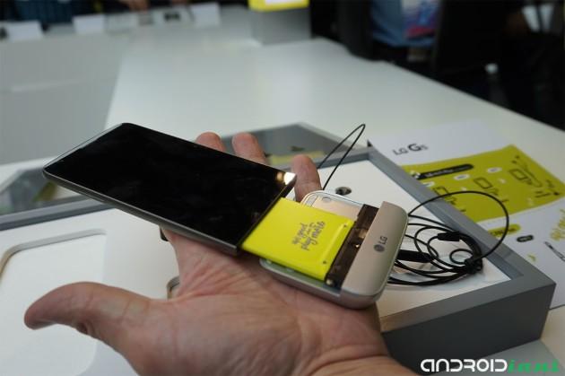 LG prende in giro Samsung per la batteria non rimovibile del Galaxy S7