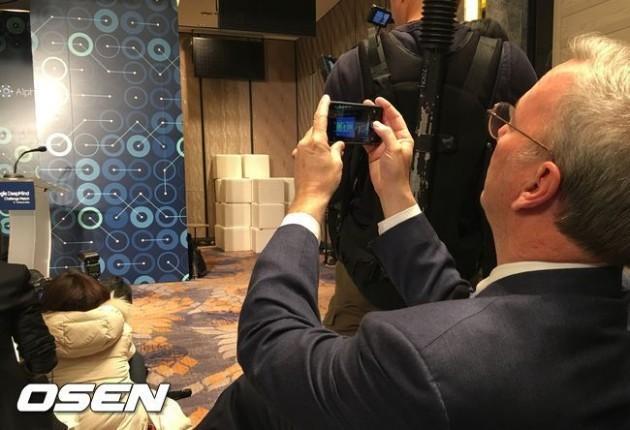 Eric Schmidt, il presidente Google beccato a fare foto con un iPhone