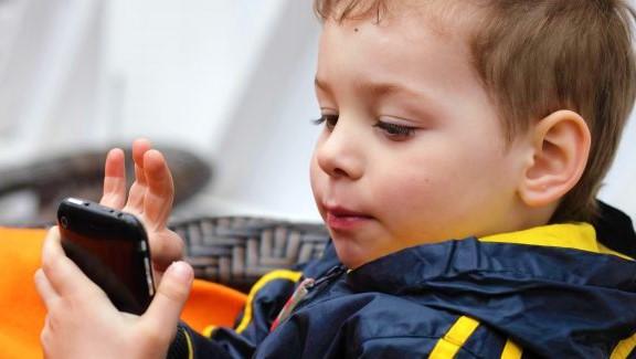 Smartphone: a quale età si comincia ad utilizzarli?