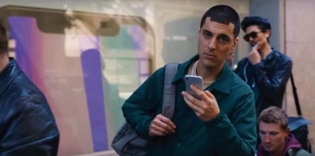 Samsung sbeffeggia iPhone (e 'fanboy') nel suo ultimo spot