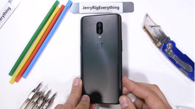 OnePlus 6T durability test a cura di JerryRigEverything