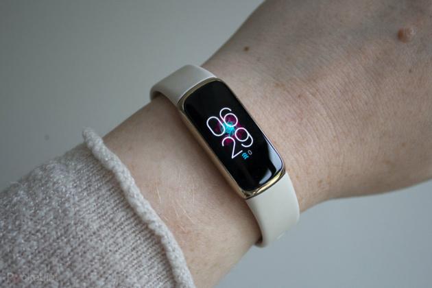 Fitbit Luxe si aggiorna con due funzioni prese dal Charge 5