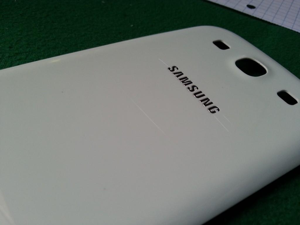 Samsung Galaxy S III: flop per il policarbonato, ecco le prime crepe sulla back cover [Update 2: ulteriori testimonianze]