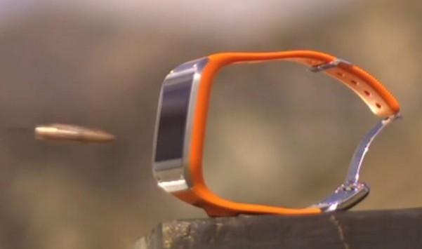 Galaxy Gear: lo smartwatch va incontro alla sua fine per mano di un HK 417 [VIDEO]