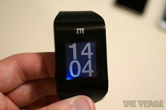 [CES 2014] ZTE BlueWatch: ecco un nuovo smartwatch che sembra un Pebble