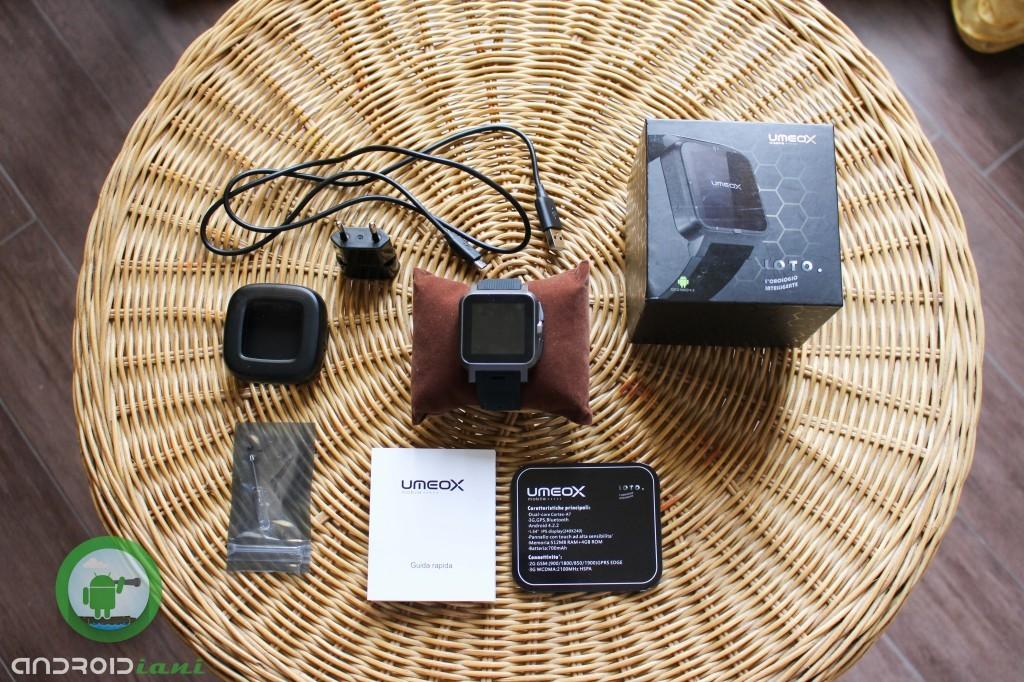 Contenuto della confezione: smartwatch, cavo USB, caricatore dock, 6 viti, 1 cacciavite, manuali