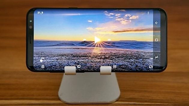 Galaxy A5: il render sviluppato per una cover insiste sull'infinity display