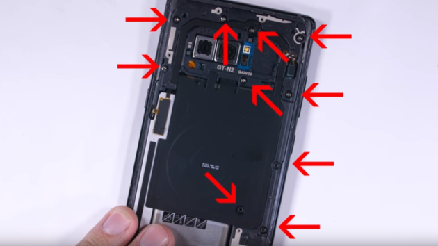 Note 8 'fatto a pezzi' nel teardown di JerryRigEverything - VIDEO