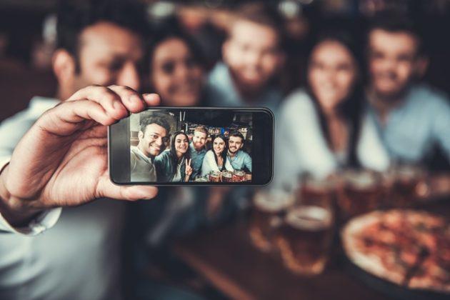 Italiani, smartphone e foto in vacanza: uno studio di eDreams